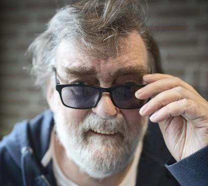 Blinde Jan Schrama geeft 28 brillen weg aan Oeganda:'Zijn pech wordt het geluk voor anderen'