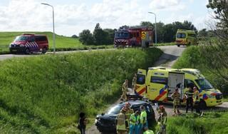 Auto duikelt van dijk na botsing in Assendelft; bestuurder gewond