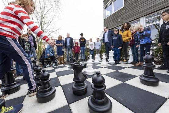 Vijfde schaakbord staat op Montessoriplein; 'We gaan winnen hè, we laten ze een poepie ruiken'