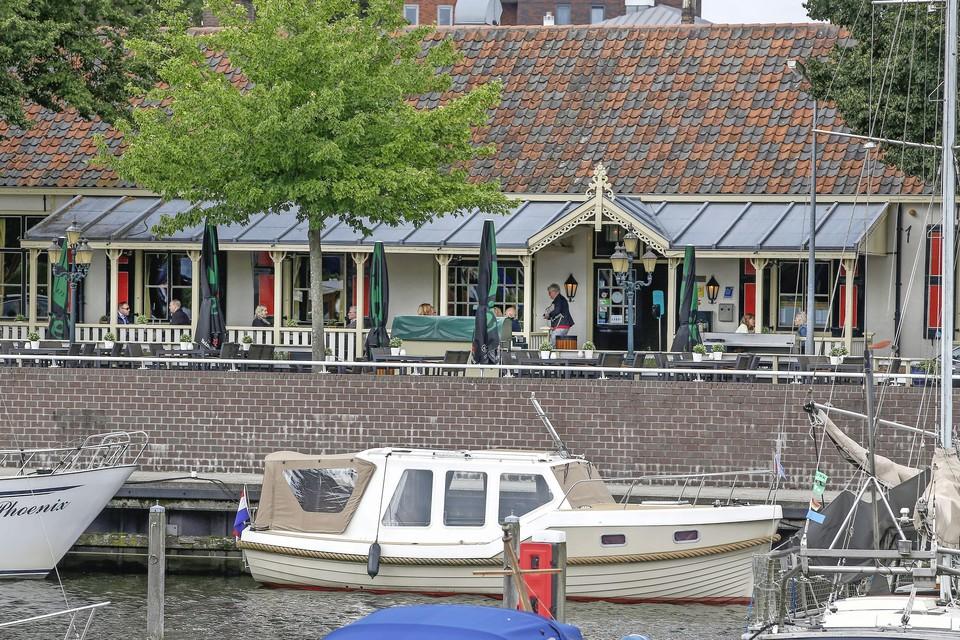 De haven van Huizen is gevuld met een keur aan pleziervaartuigen.