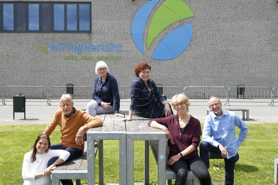 Van links naar rechts: Brigitte Schmeetz, André van der Molen, Roos Gruwel, Durkje Grondsma, Janny van Eijk en Jos Hendriks voor het schoolgebouw.