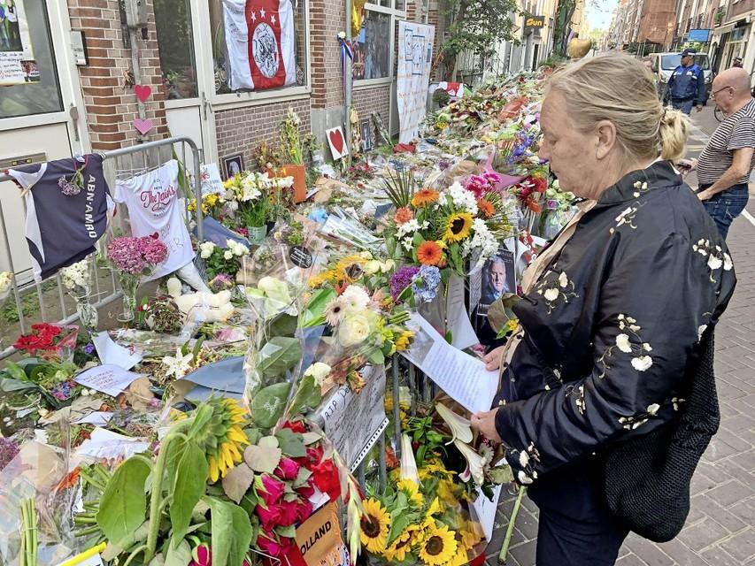 Ellis Looij uit Schagen bij de bloemenzee in de Lange Leidsedwarsstraat, op weg naar de herdenking in Carré.