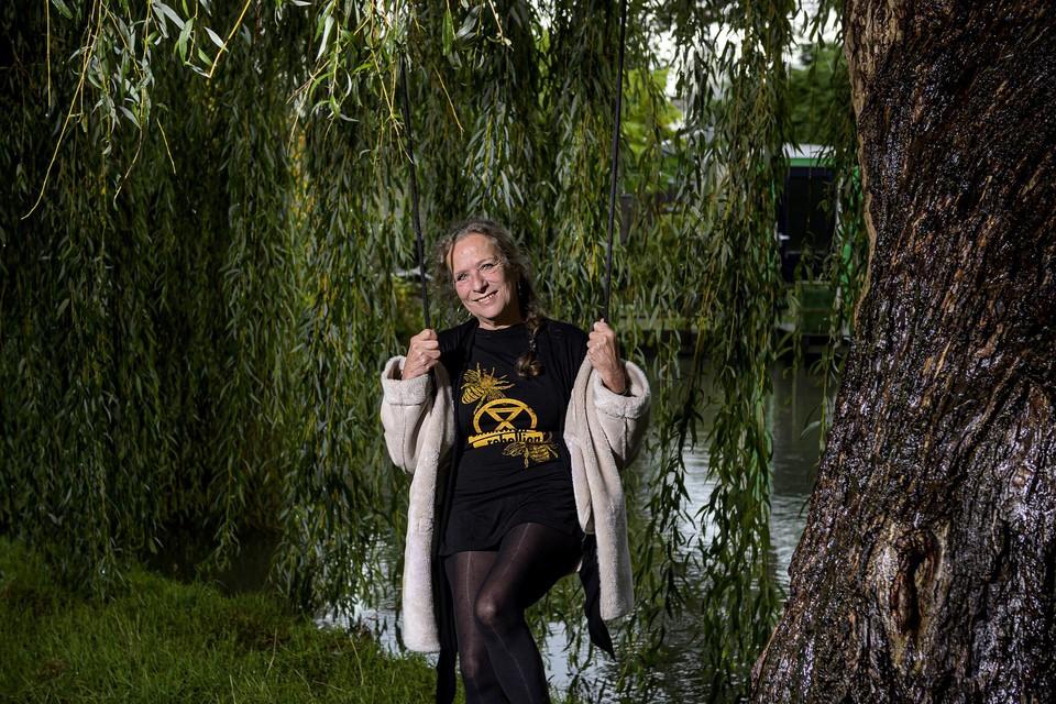 De rebelse Carmen Benjamins op de schommel onder haar favoriete boom: een treurwilg.