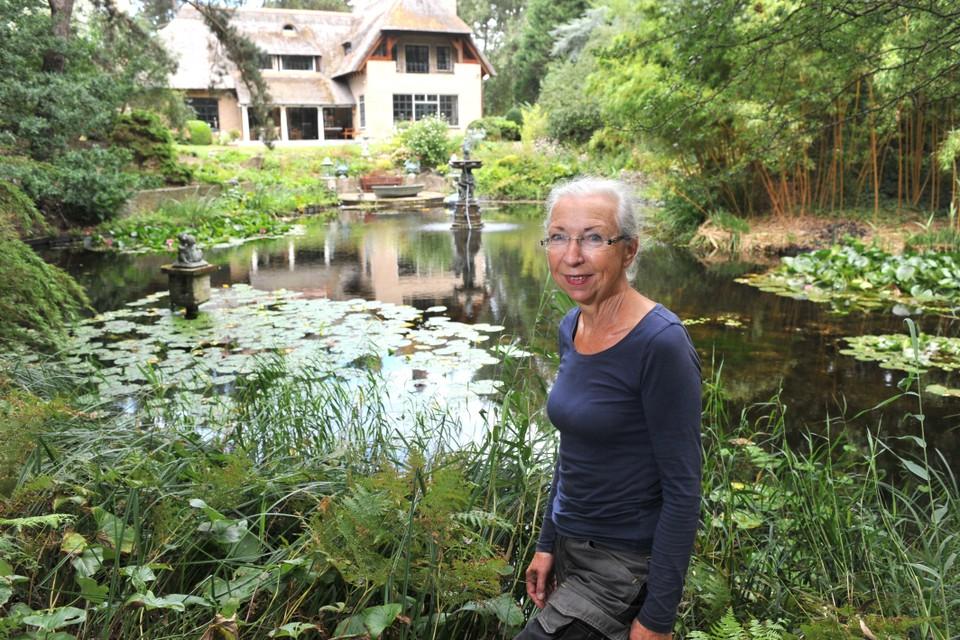 Tineke van der Velden bij haar geliefde vijver.