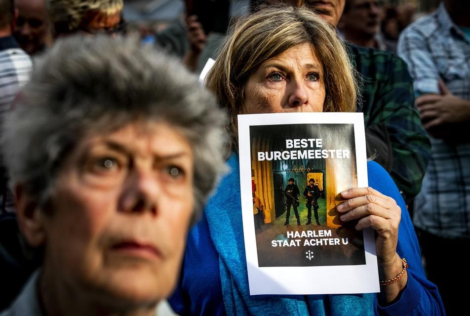 Inwoners van Haarlem op de Grote Markt tijdens een demonstratie als steunbetuiging voor de bedreigde burgemeester Jos Wienen.