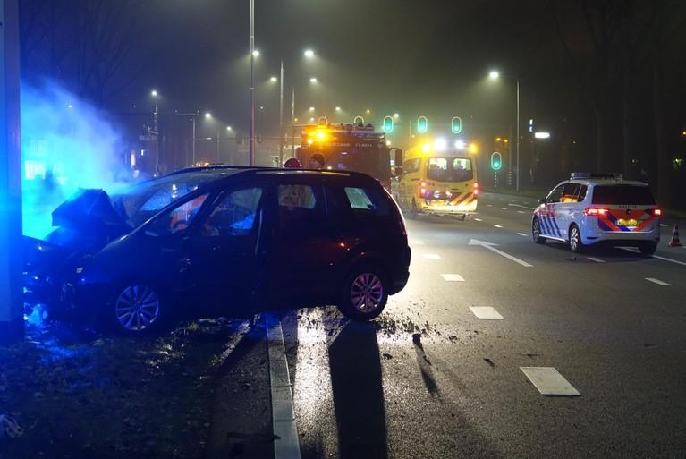 Auto ramt paal en vliegt in brand in Zaandam, bestuurder zwaargewond