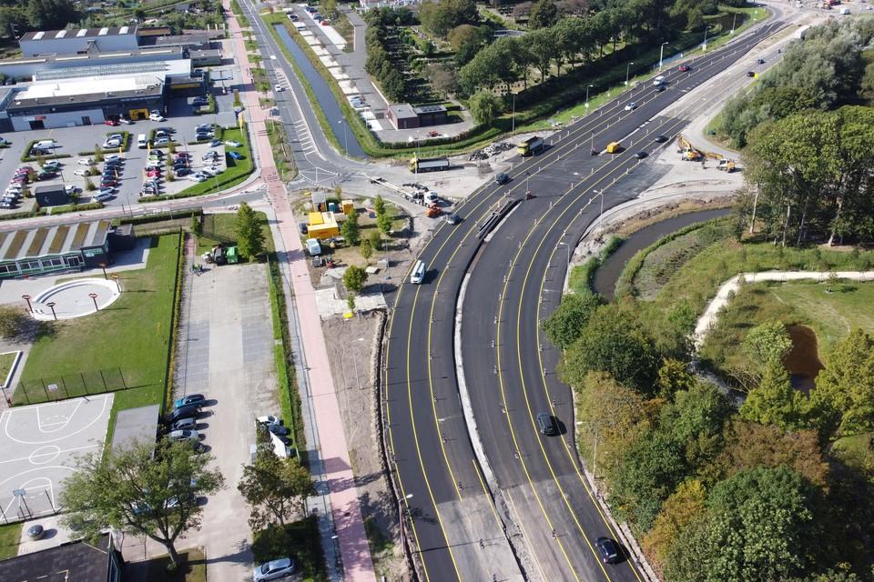 De nieuwe weg. De afslagen naar de Berkhouterweg en de Westfriese Parkweg zijn nog niet gerealiseerd.