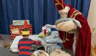 Ssst, stil zijn op de gang van de Paulusschool in Heiloo, want Sinterklaas slaapt nog!