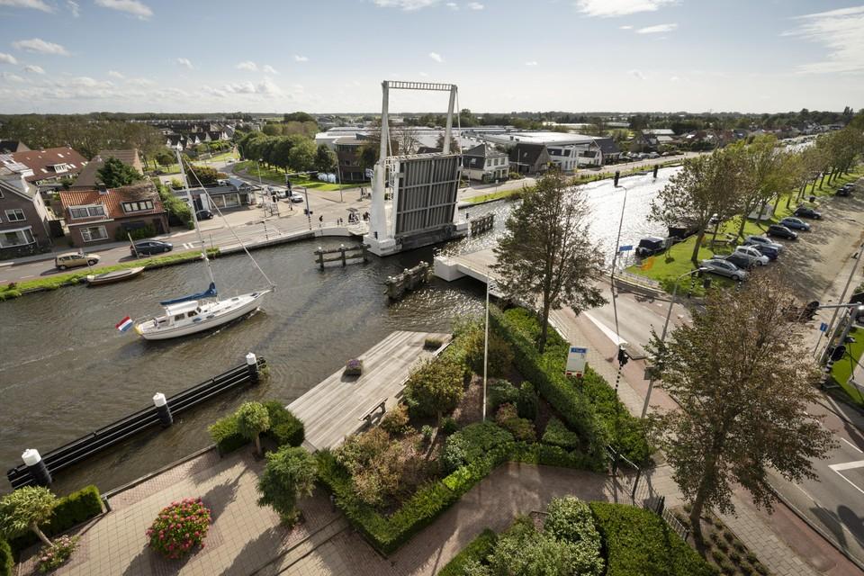 De nu overbelaste Lisserrbug over de Ringvaart wordt met de nieuwbouwplannen ontlast door nieuw verbindingen tussen Lisse en Lisserbroek.