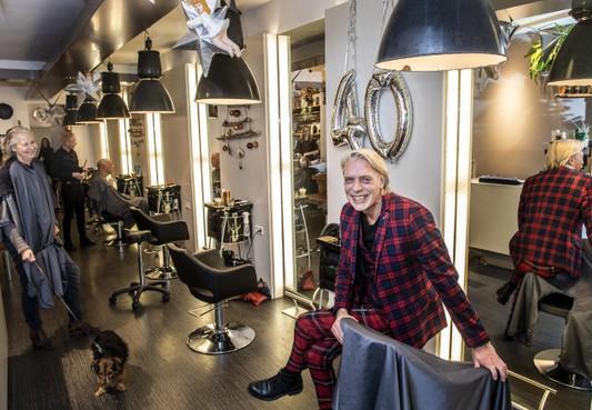 Haarlemmer Hennie Cornet 40 jaar kapper: 'Carrière begon op zolderkamertje'