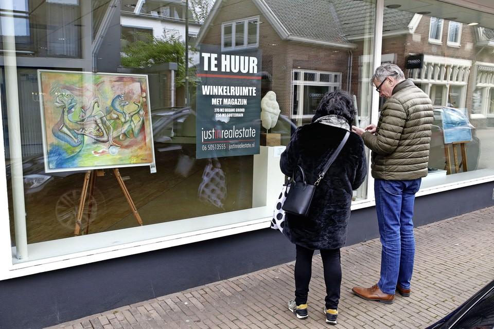 Onder meer in de etalage van de lege schoenenzaak Hofstee is vrijheidswerk te zien van Larense kunstenaars.