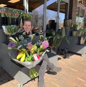 Alkmaarse bloemisterij steekt in coronatijd gratis zeepjes in bestelde bloemboeketten: 'Om iedereen eraan te herinneren dat zij regelmatig hun handen wassen'