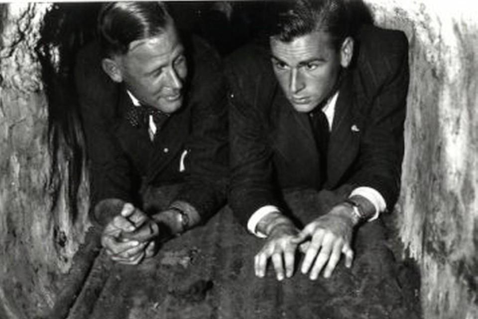 Remmert Aten (links) en Jaap Boll keerden voor de foto even terug naar de brugpijler waarin de explosieven opgeslagen lagen.