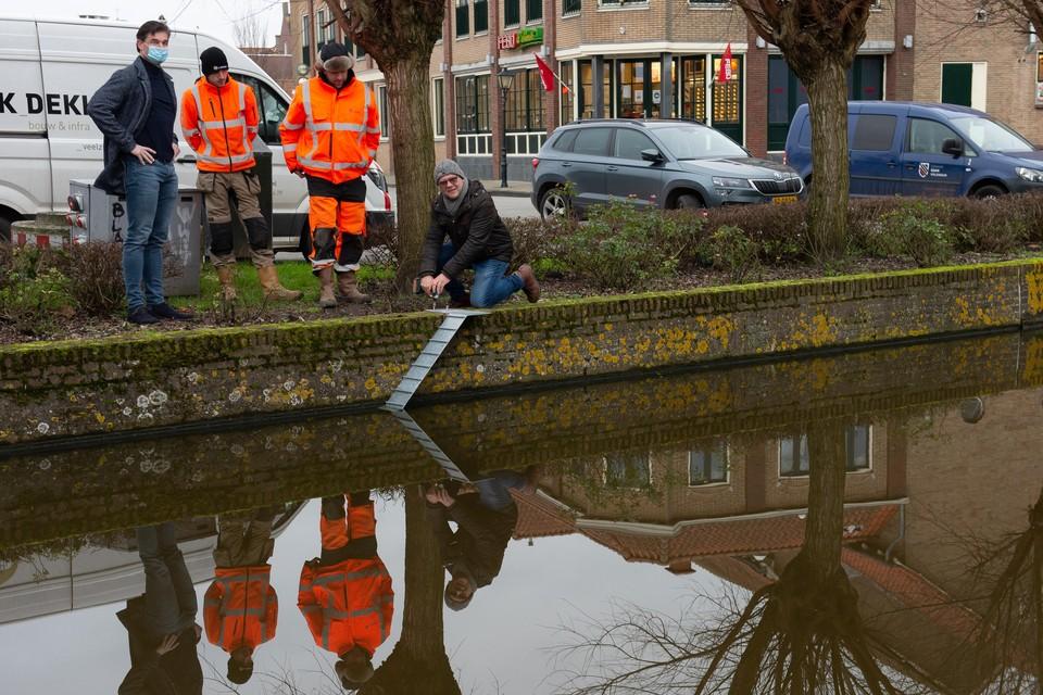 Een kattentrappetje werd in januari geplaatst in de IJe in Volendam.