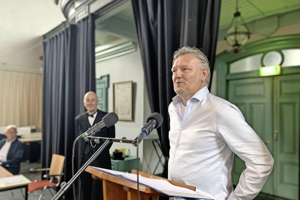 Peter Swart ontvangst de Westfrieslandprijs voor zijn onderzoek naar het schip 'Het Huis te Warmeloo'.