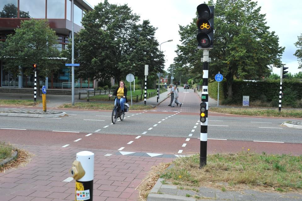 De verkeerslichten bij de Jan Ligthartstraat in Heemskerk staan veel te kort op groen.