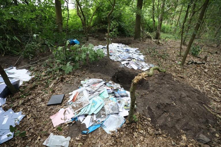 Stapels begraven post ontdekt in bos Laren