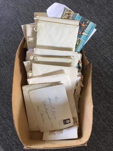 Net getrouwd en anderhalf jaar niet samen kunnen wonen, mijn ouders sturen elkaar heel veel brieven in de jaren zestig tijdens de woningnood | Longread
