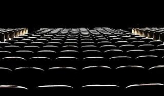 Theatermakers, musici en cabaretiers brengen in 'De Belofte' een ode aan de lege zaal als symbool van verwachtingen. 'Er schuilt vertrouwen in de toekomst in', zegt pianiste Iris Hond [video]