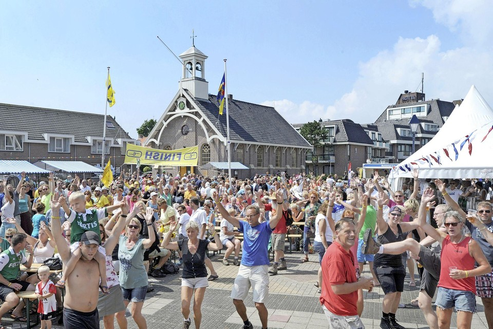 Een uitgelaten stemming bij de intocht van de Strandzesdaagse in Huisduinen.