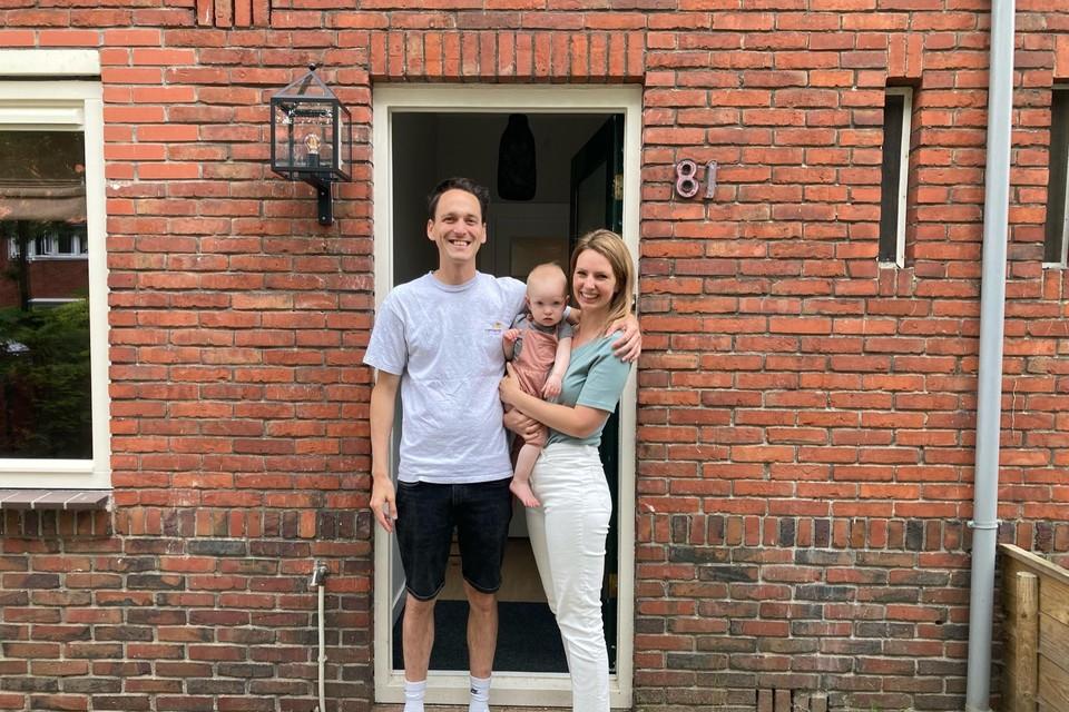 Robin, Francis en dochter Millie voor hun huis aan de Erfgooiersstraat.