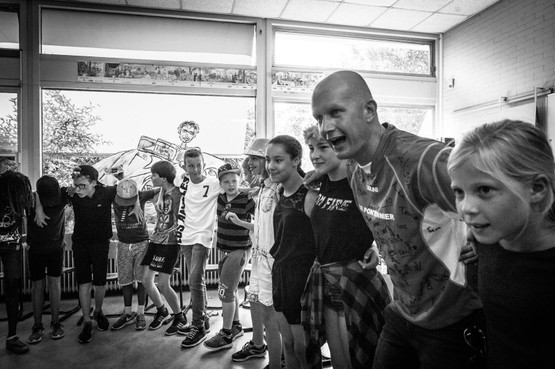 'Langs de Lijn'-verslaggever Chris Wobben gaat in crisis voor de klas: 'Onderwijshart gaat weer sneller kloppen door corona' [video]