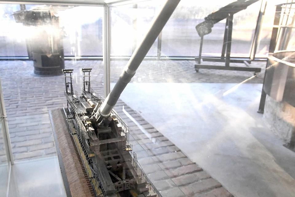 Het model van het spoorwegkanon in Fort Kijkduin.