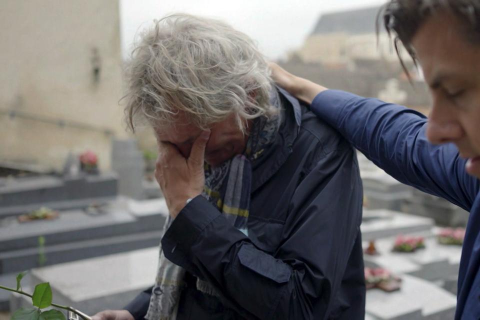 Matthijs van Nieuwkerk en Rob Kemps bij het graf van Charles Aznavour.