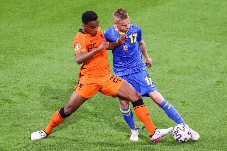 Jurriën Timber in duel met Oleksandr Zinchenko tijdens de wedstrijd tegen Oekraïne.
