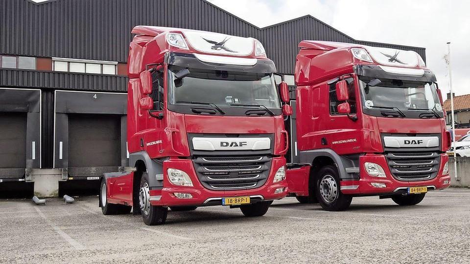 De twee nieuwe DAF-trucks van De Zwaluw in Oosterblokker