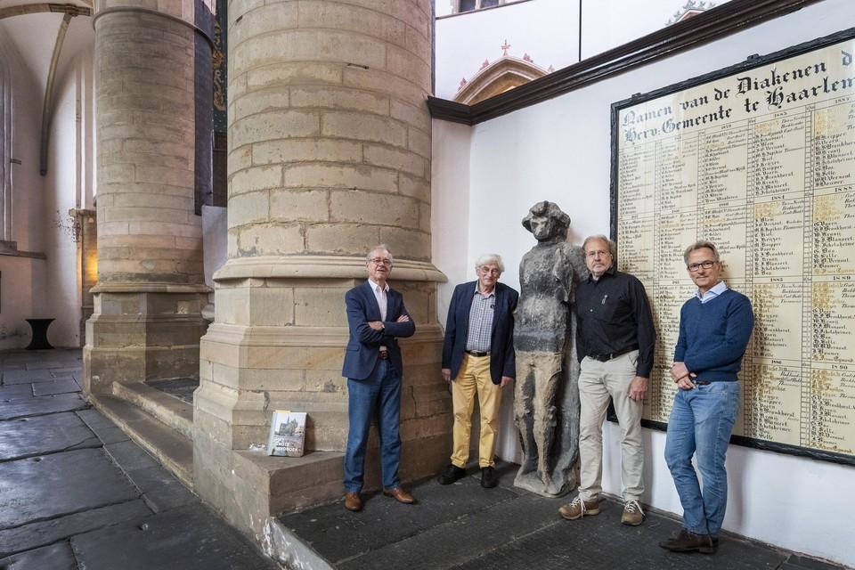 Daan den Hengst, Koen Vermeij, Henk Kaan en Jaap Verschoor bij het beeld van Bavo.