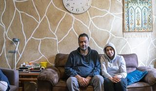 Gevlucht uit Gaza naar de Gruttoweg in Groet. Daar worden 's nachts de banden lek gestoken van Hisham en Nima, en ze weten niet door wie. 'Het gaat om de stress, om onze dochter die vraagt waarom'