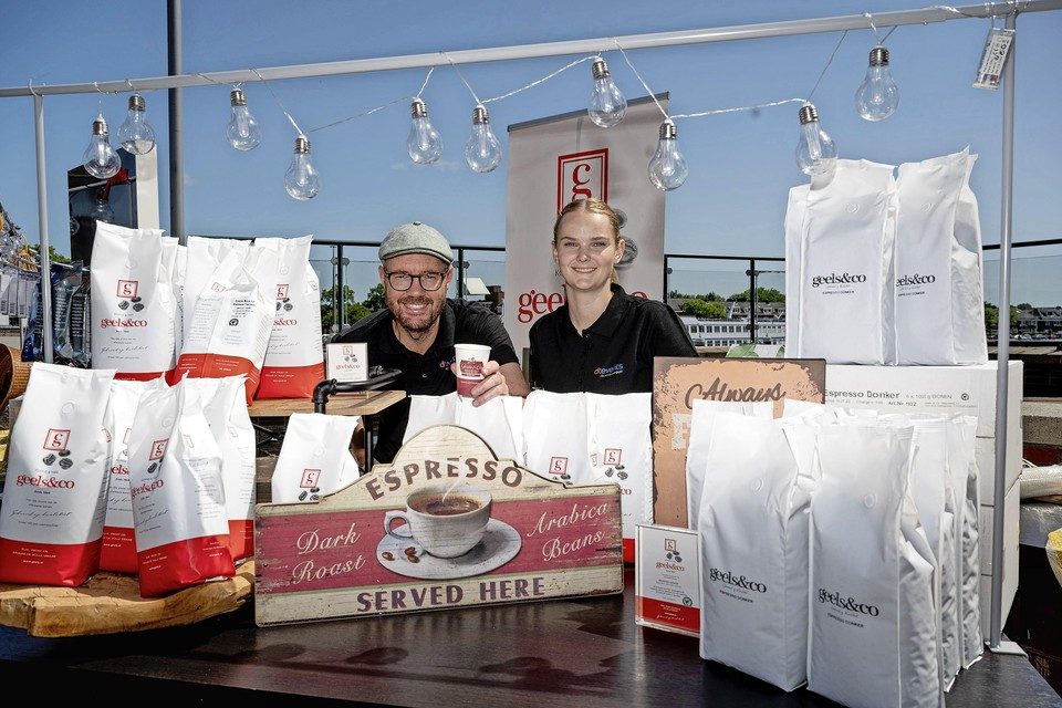 Wendy van der Kwast en Remon Harmelwaard geven uitleg over de bijzondere koffie- en theesoorten.