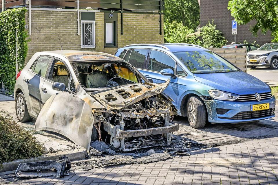 Zondag brandde deze auto nog uit.