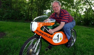Tweevoudig wereldkampioen motorracen Jan de Vries overleden. Racen op de weg vond hij eigenlijk te gevaarlijk