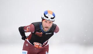 Schaatser Jouke Hoogeveen had graag willen uitblinken op het NK marathon in Alkmaar. In plaats daarvan skeelert hij achter oud-wielrenner Laurens ten Dam aan.
