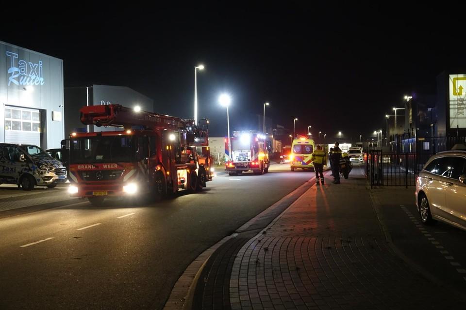 De brandweer schaalde de brand op vanwege de aanwezigheid van brandstof in het bedrijf.