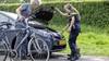 Jongen stunt op scooter in Overveen, verliest macht over het stuur en rijdt tegen geparkeerde auto aan