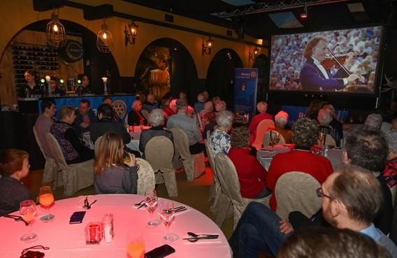 Rotary Koggenland scoort twee nieuwe AED's voor de Hartstichting met filmfestival