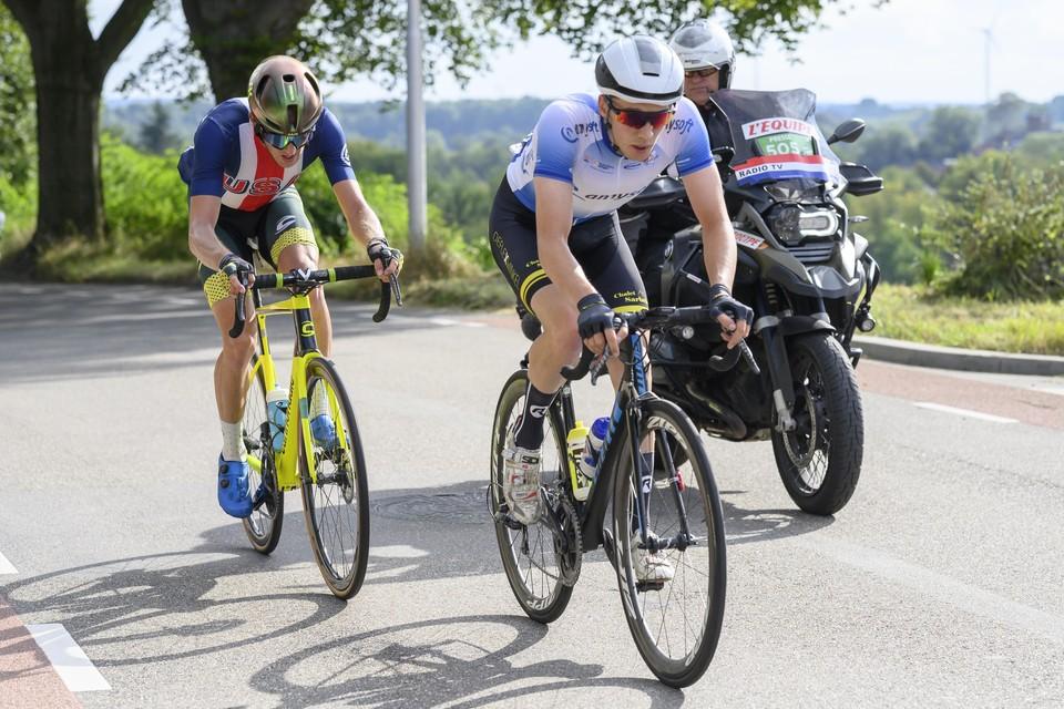 Bart Lemmen, hier bovenop de Toupsberg, moest in de laatste meters nog zien af te rekenen met de Amerikaan in zijn wiel, Gage Hecht.