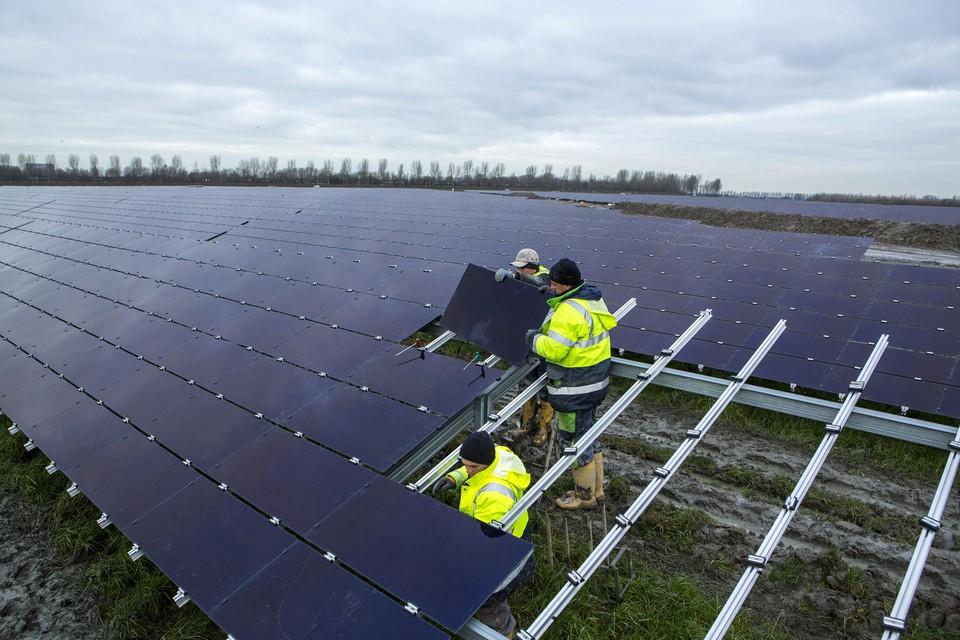 Een zonneweide in opbouw, Solar Fields aast op een stuk landbouwgrond in Hoogwoud voor de aanleg van een dergelijk duurzaamheidsproject.