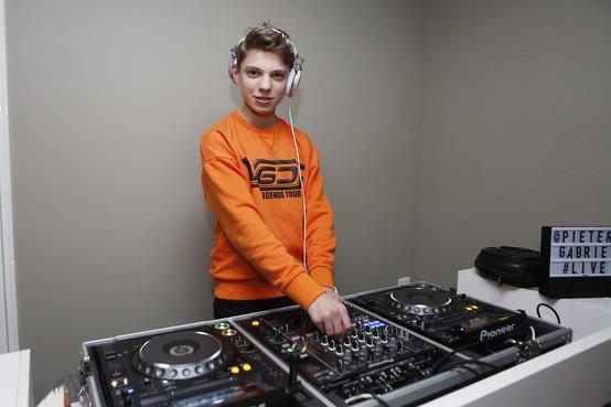 Jonge dj Pieter Gabriel (15) uit Soest maakt openingsmuziek songfestival [video]