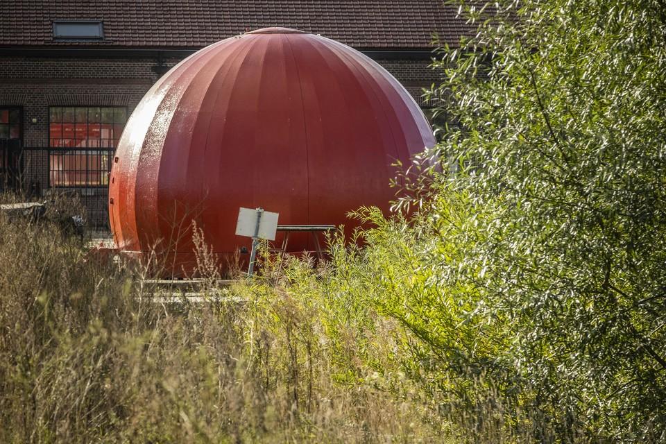 Het rode ruimteschip op het gasfabriekterrein moet weg.