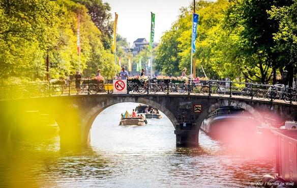 Visser haalt granaat uit water Amsterdam