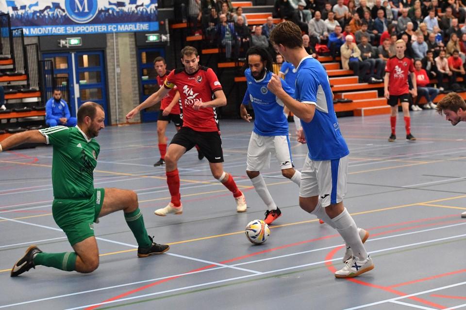 Felix Verhaar heeft de bal breed getikt op Nigel Wijdenbosch, die keeper Jacco Walta van White Stones voor de vierde keer kan passeren.