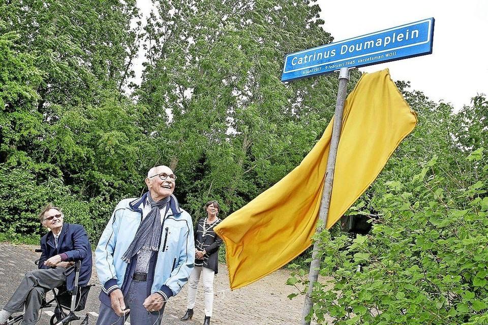 De onthulling van het straatnaambord in Slootdorp met daarop de naam van Catrinus Douma in juni vorig jaar.