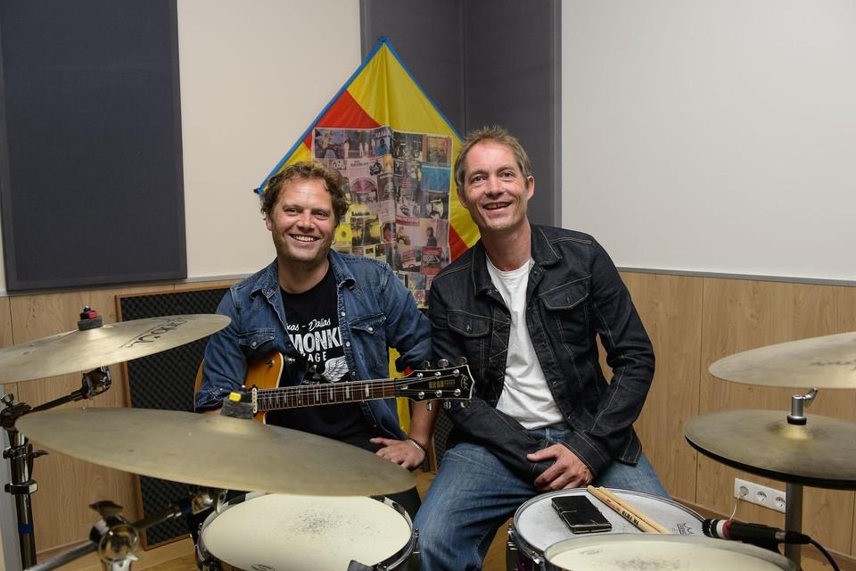 Links Ruben Hoeke en rechts drummer Erik Hoeke.