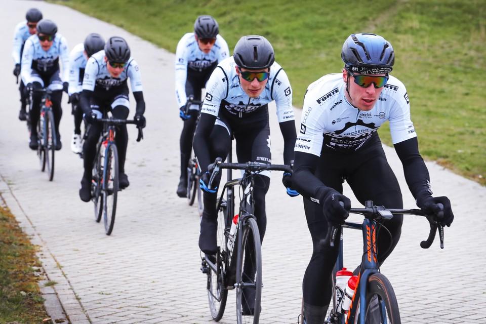 Ivar Slik rijdt aan de leiding tijdens de onderlinge wedstrijd op het parkoers van BRC Kennemerland.
