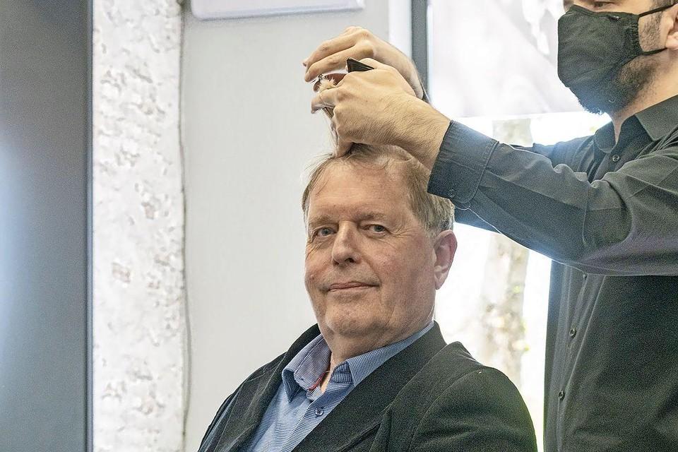 Dirk Bont, de bouwer, met zijn coronaviruskillers bij de kapper.