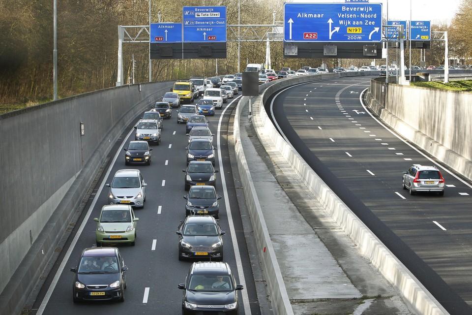 Te hoge vrachtwagens zorgen nog steeds voor files bij de Velsertunnel.
